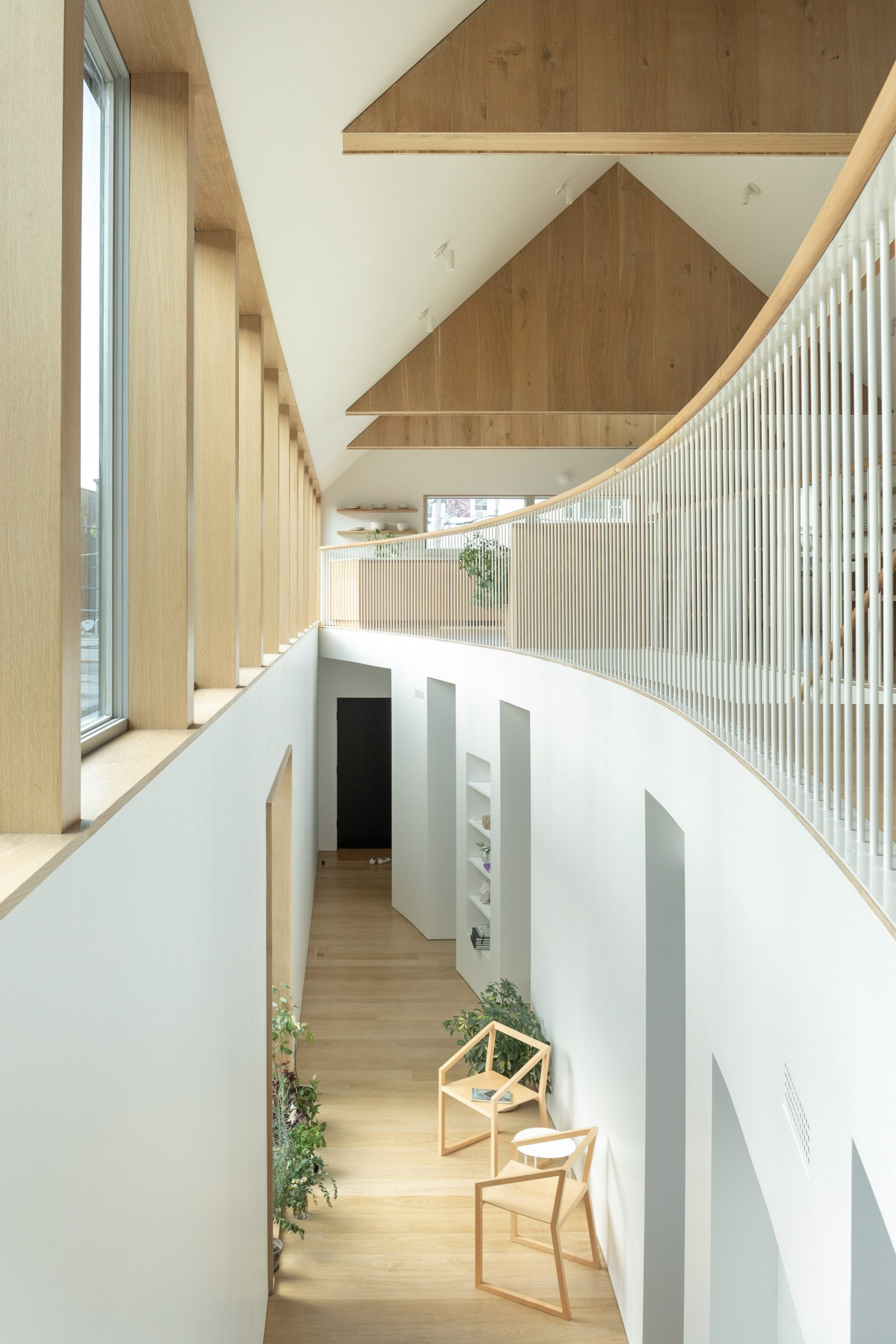Curved atrium in Ardmore House by Kwong Von Glinow
