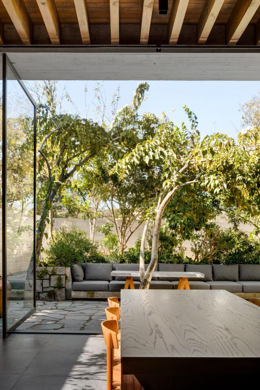 Huge glass doors in Casa Estudio by Manuel Cervantes Estudio