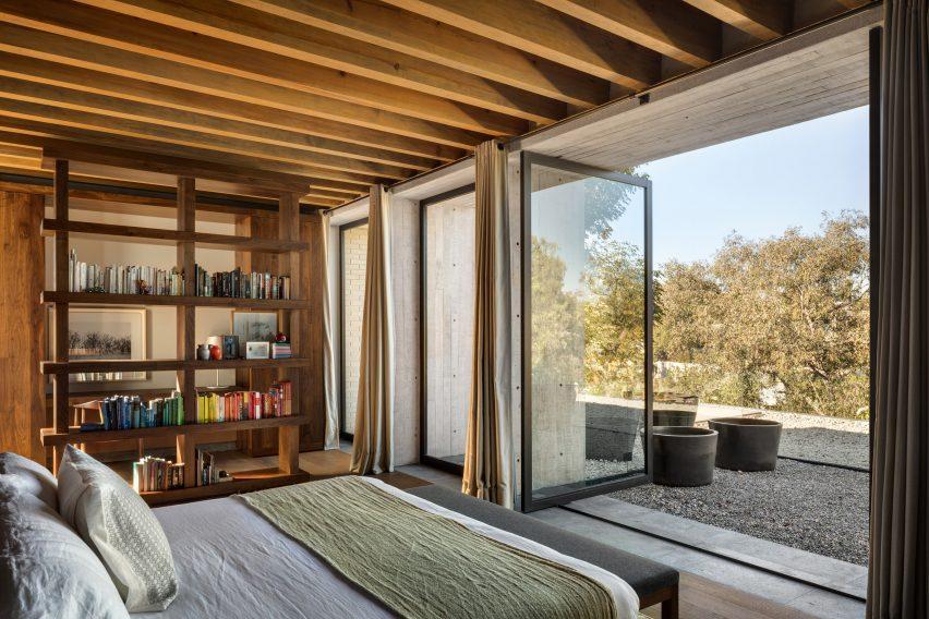 Bedroom in Casa Estudio by Manuel Cervantes Estudio
