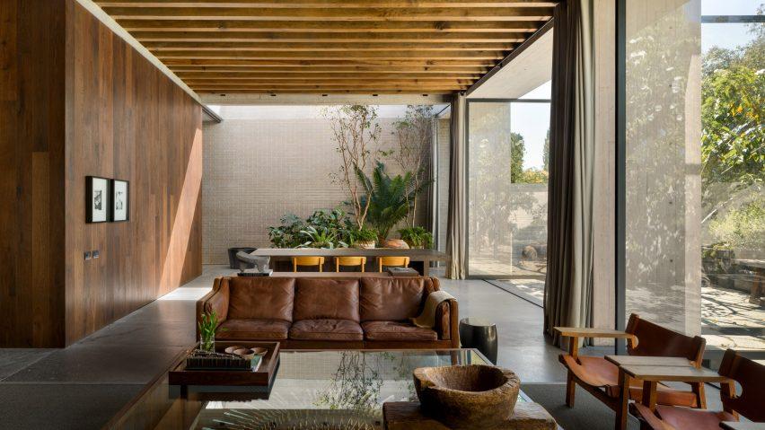 Living space in Casa Estudio by Manuel Cervantes Estudio