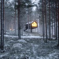 The exterior of the Niliaitta cabin in woodland by Studio Puisto