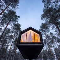 A view up to the Niliaitta cabin by Studio Puisto