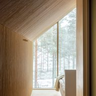 The light wood interiors of Niliaitta cabin by Studio Puisto