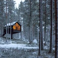The black-painted wood exterior of the Niliaitta cabin by Studio Puisto