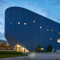 "Open Architecture combines library and theatre in ""blue whale"" Bibliotheater"