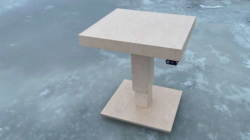 Tempo adjustable table by Tenho Design