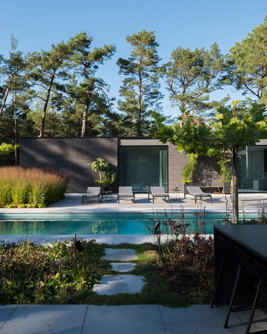 The courtyard of Villa Tennisvägen by Johan Sundberg Arkitektur