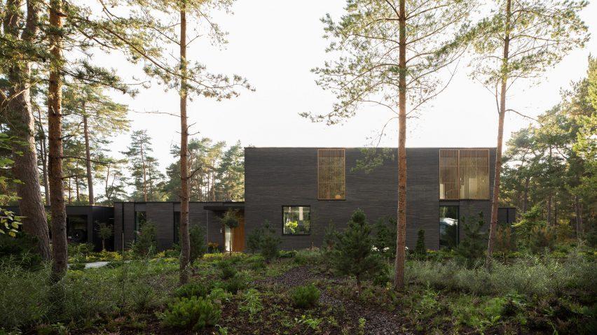 The dark brick exterior of Villa Tennisvägen by Johan Sundberg Arkitektur