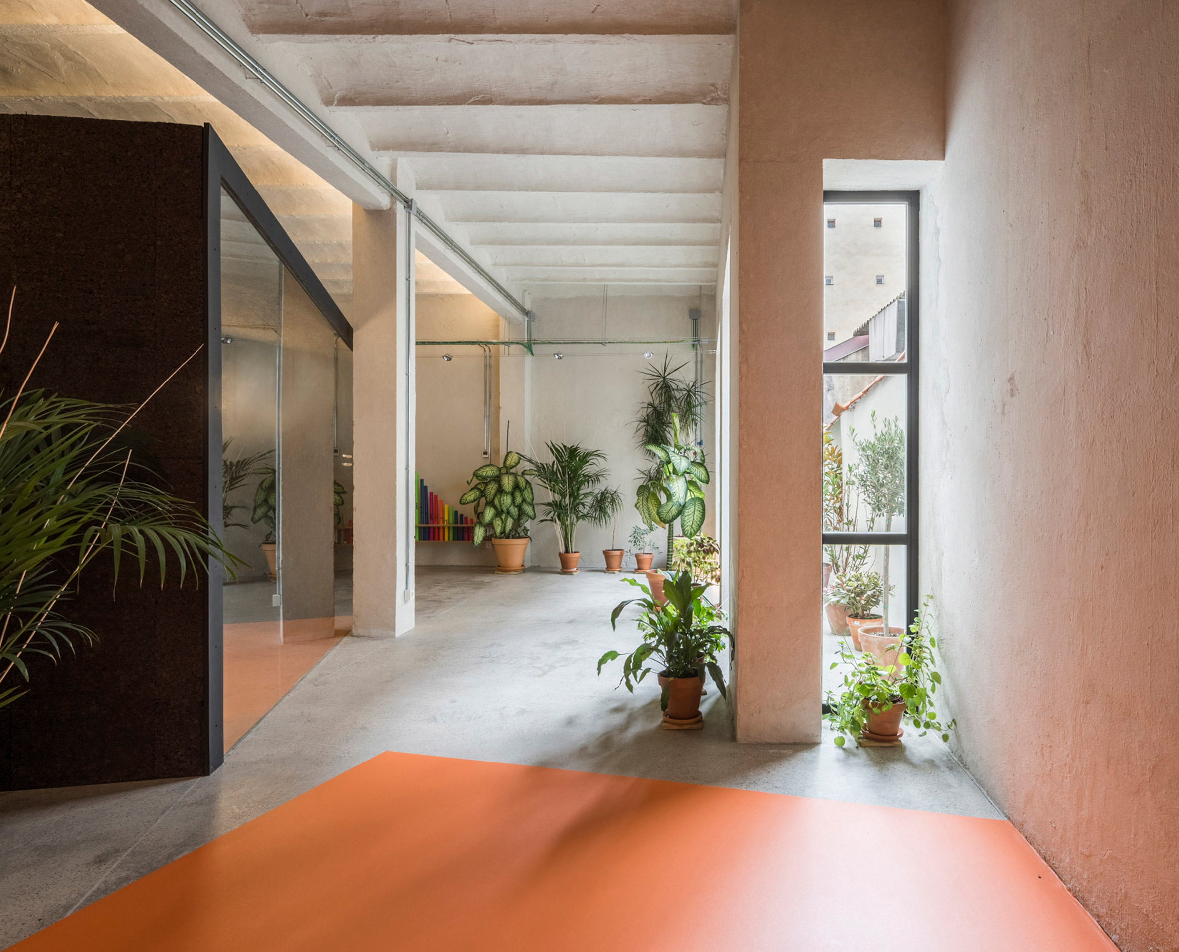 Classroom with orange vinyl flooring from the Yoglar Music School by Enrique Jerez and Blanca Leal