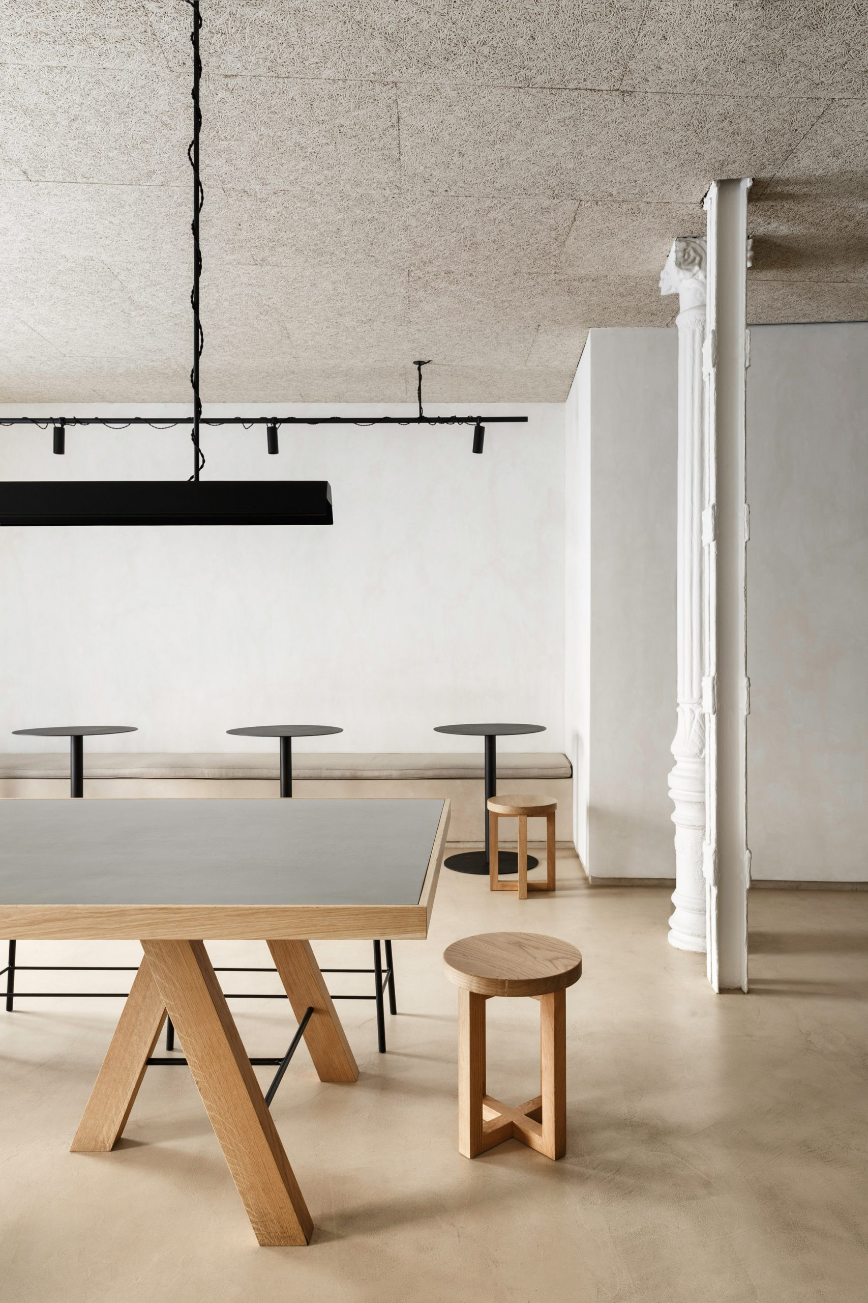 Informal dining area of Zuppa restaurant by Plantea Estudio with wood and steel table