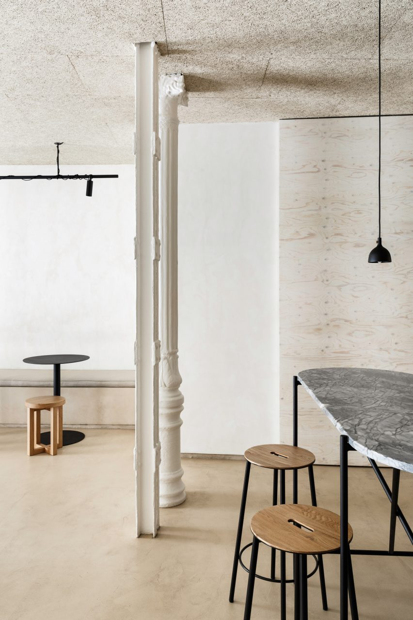 Informal dining area of Zuppa restaurant by Plantea Estudio with wood, steel and marble furniture