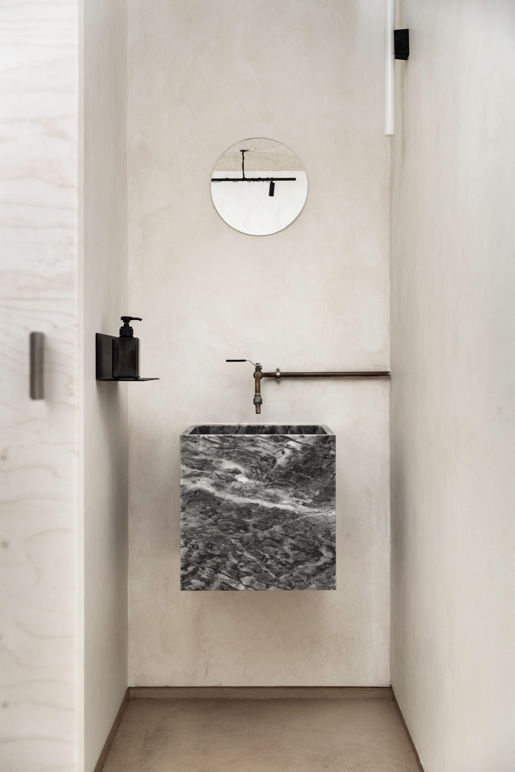 Bathroom of Zuppa restaurant by Plantea Estudio with marble floating sink