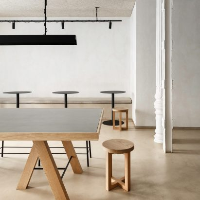 Informal dining area of Zuppa restaurant by Plantea Estudio with wood and steel furniture and floors made of plywood covered in micro-cement
