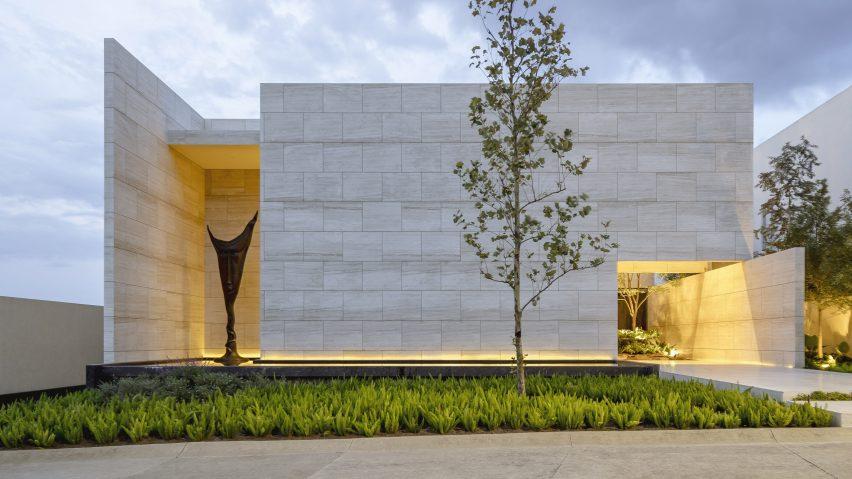 Travertine walls enclose Casa ZTG in Guadalajara by 1540 Arquitectura