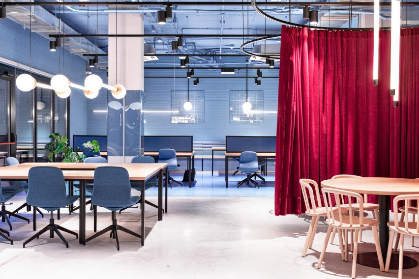 Study spaces employs blue and reds by Masquespacio