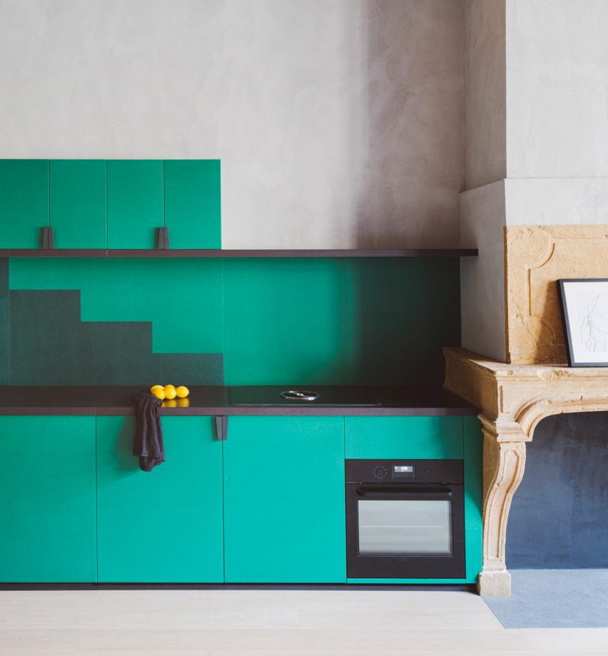 Green kitchen in Lyon apartment