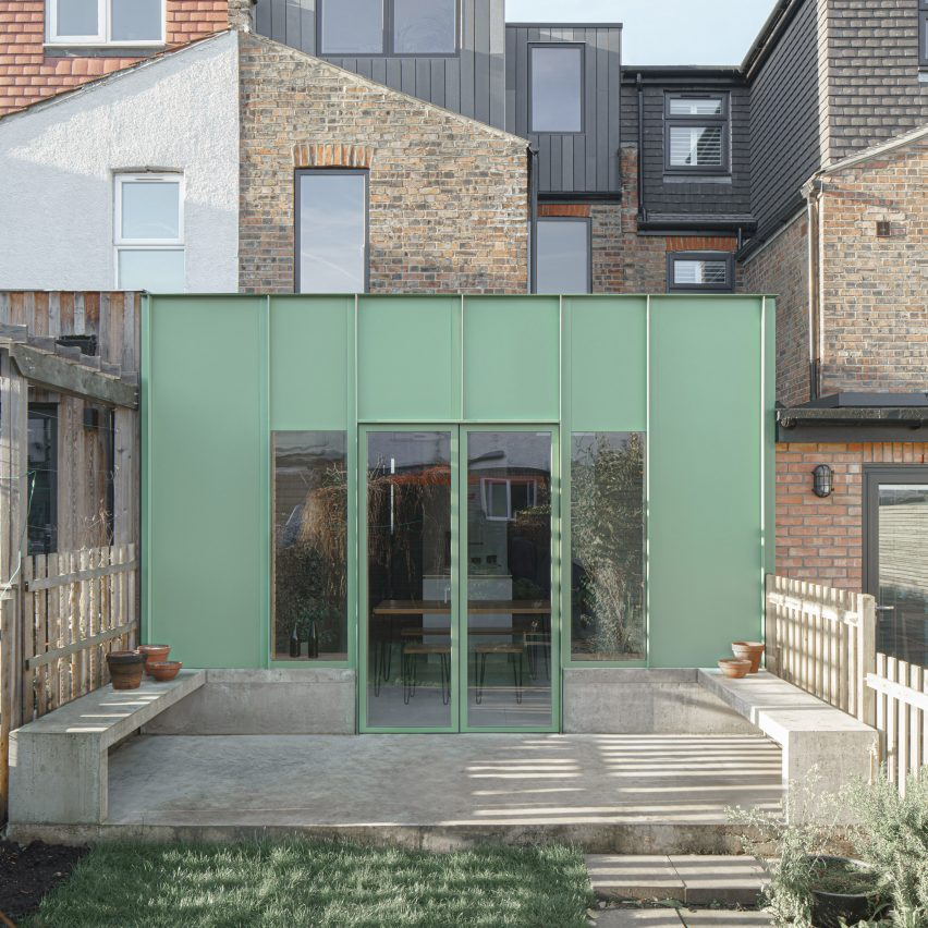 A green aluminium-clad house extension by DeDraft