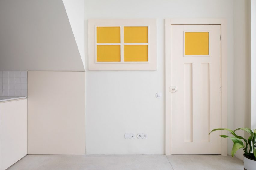 Yellow glass panes separating two apartments in Casa da Beiramar