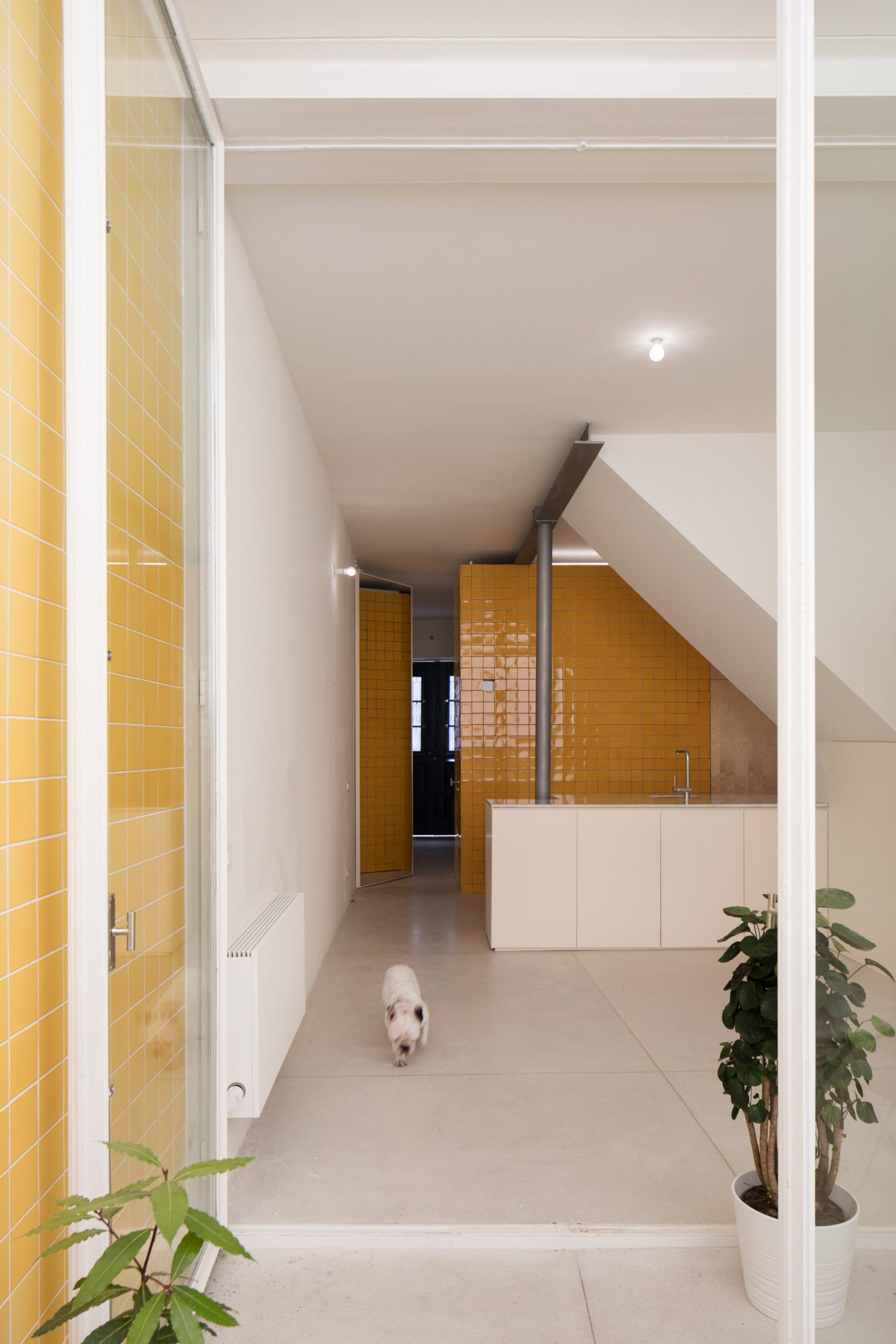 Downstairs kitchen with yellow tiles from the Casa da Beiramar by Merooficina
