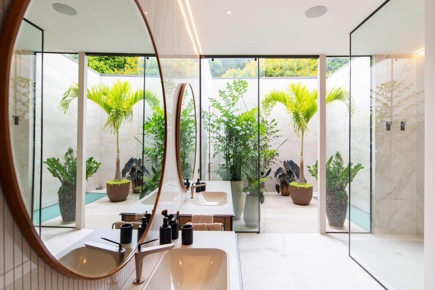 Outdoor shower of Casa Las Vistas bathroom