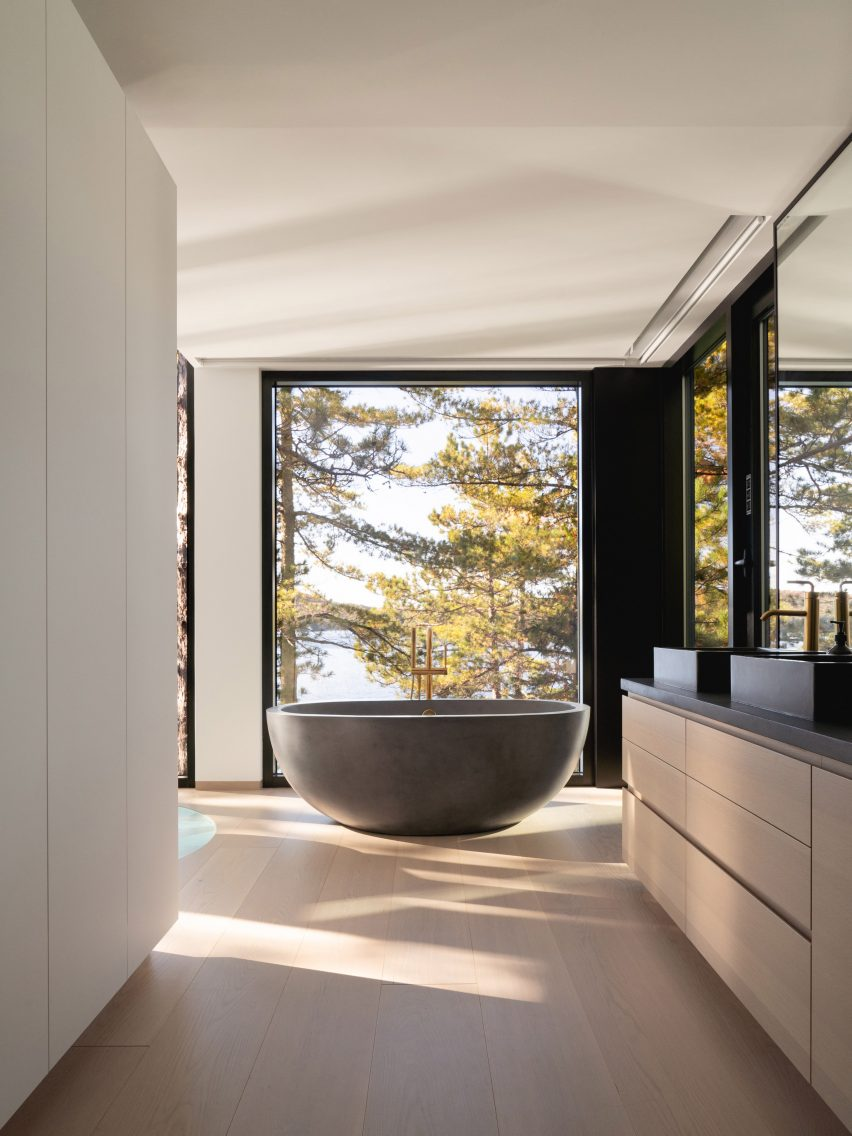 Freestanding bath in the bedroom