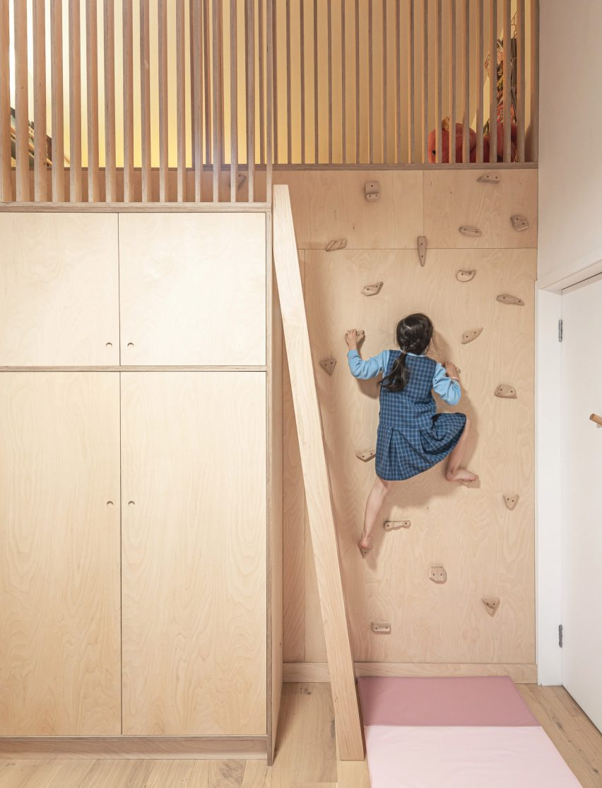 Children's bedroom in Honey and Walnut House by Intervention Architecture