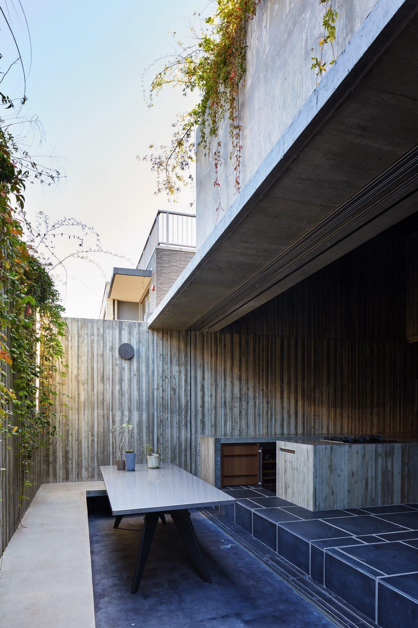 A hidden concrete-walled courtyard in Japan