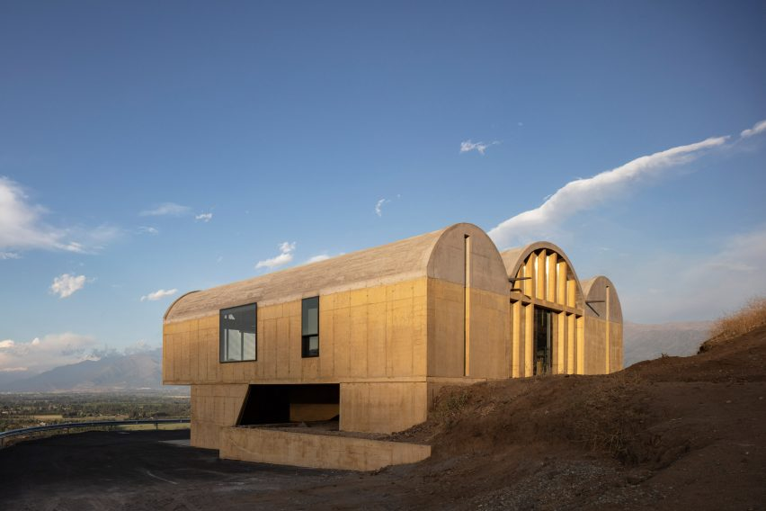Concrete offices for a vineyard in Chile by MAPAA