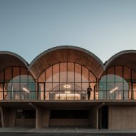 MAPAA builds vaulted concrete office for family wine business in Chile