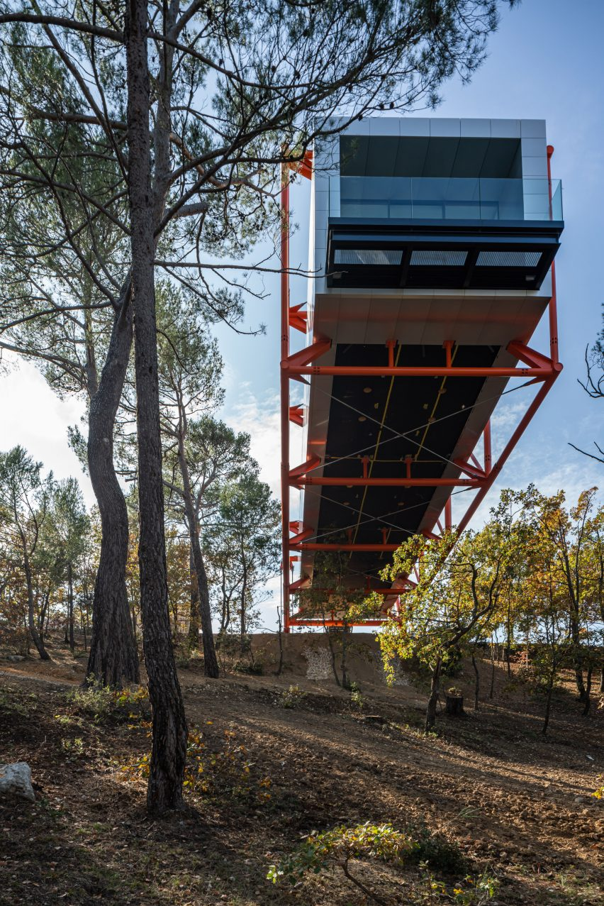 Cantilevered art gallery