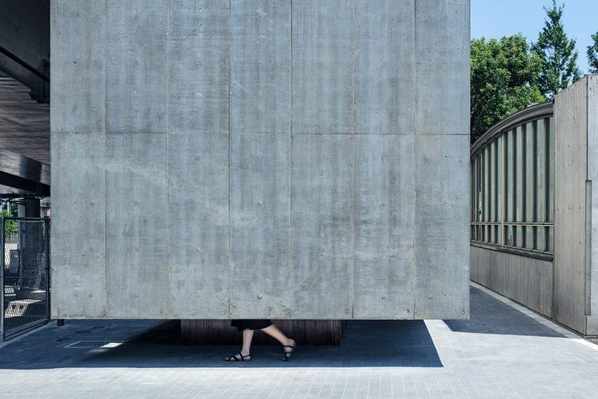 Floating concrete toilet