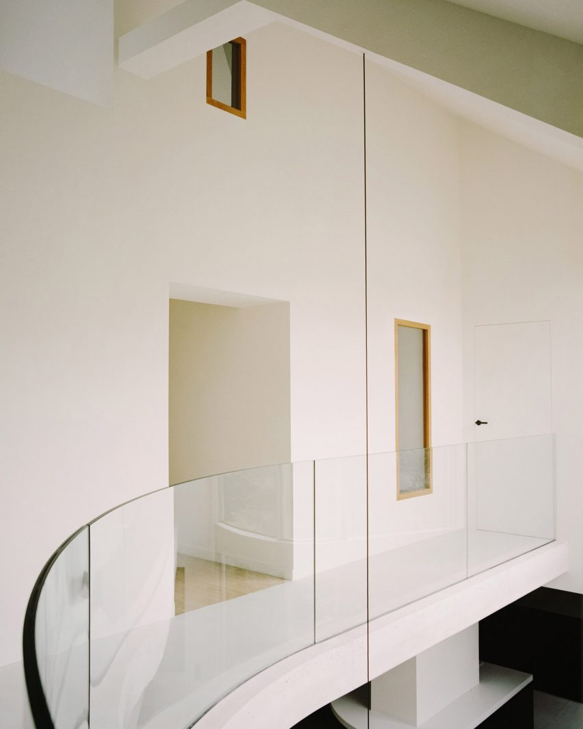 The curved mezzanine in a Parisian townhouse by Clément Lesnoff-Rocard