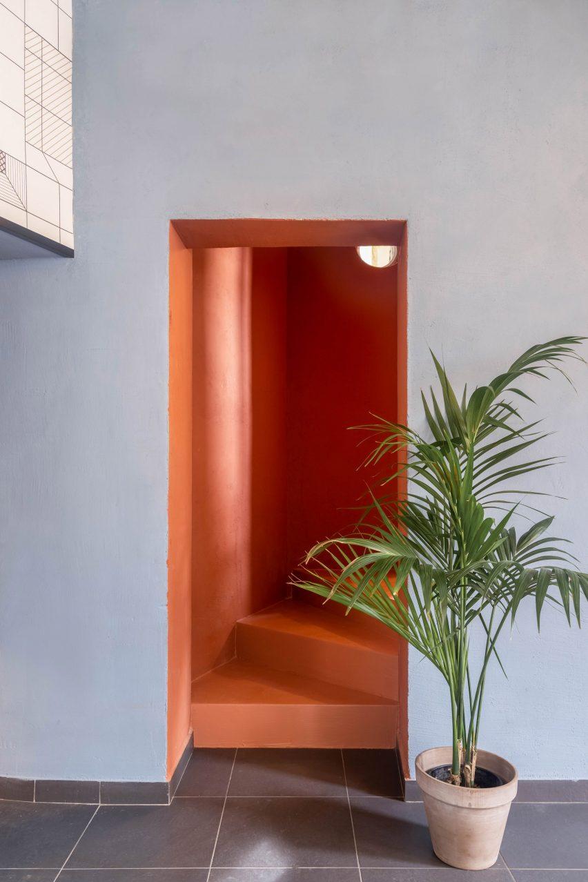 Coral staircase in Tre De Tutto by Studio Tamat