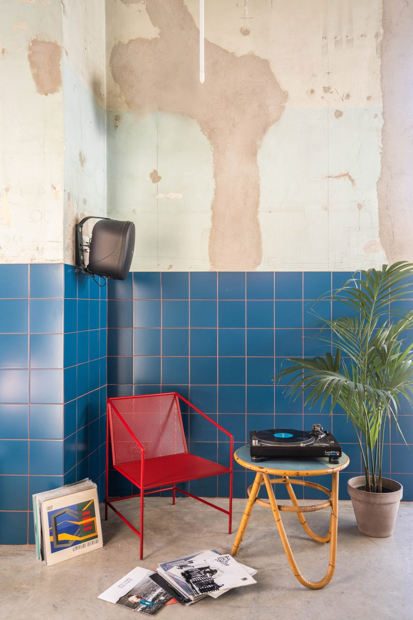 Lounge with records at Tre De Tutto by Studio Tamat