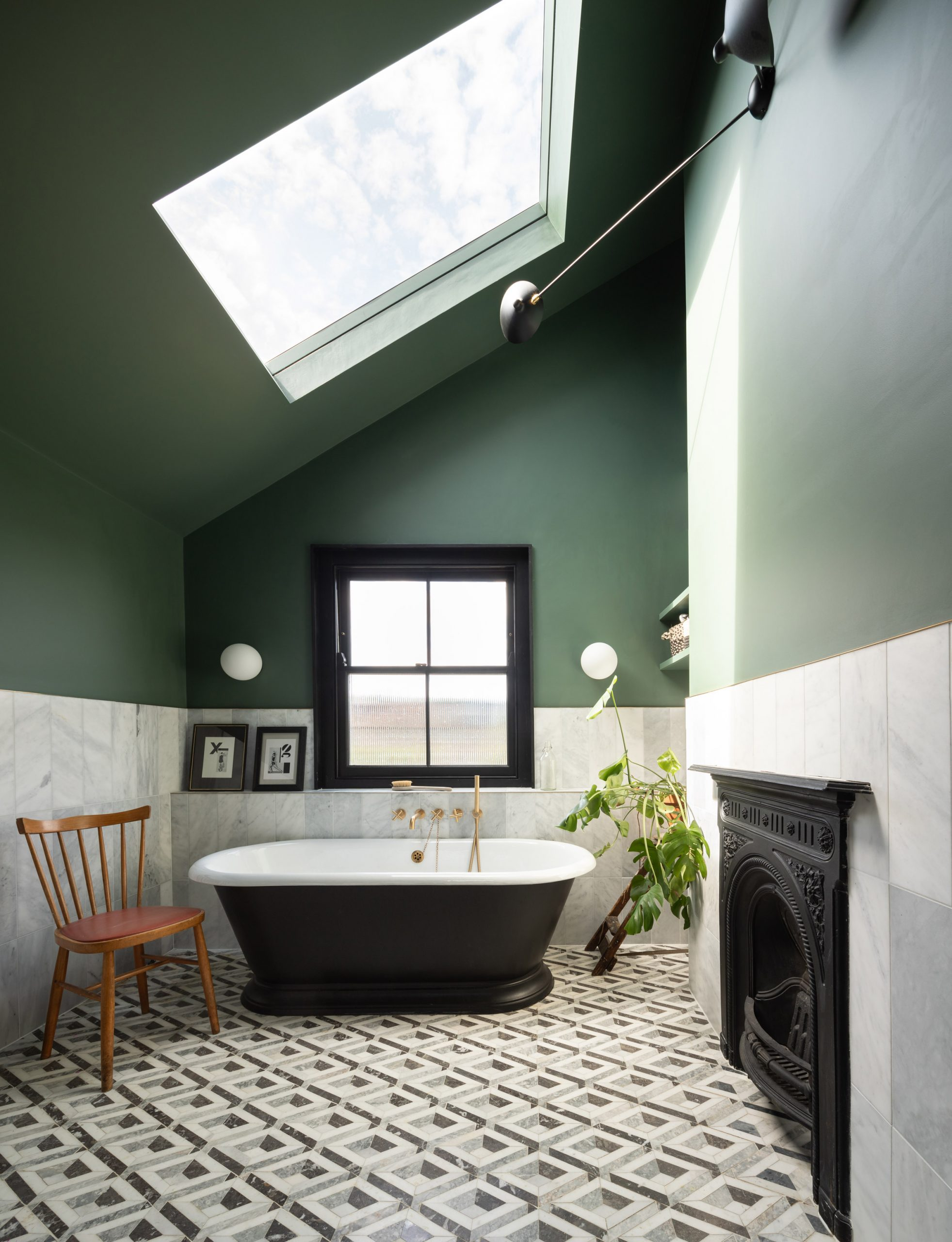 Freestanding jet-black tub
