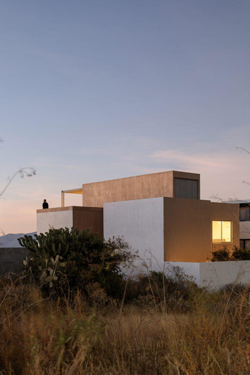 Vista del patio trasero de la casa Interstitial Architectura en México