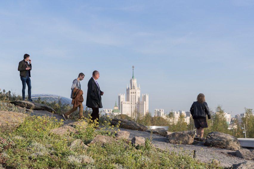 Ухоженные сады парк Зарядье в Москве