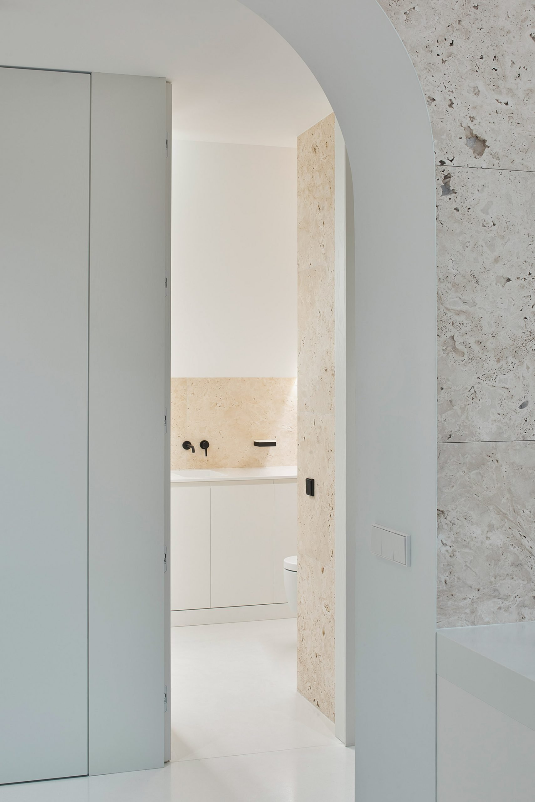Bathroom with arched doorway in Greetings from Rome flat