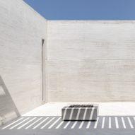 Orense Arquitectos creates closed facade for Mocoli House in Ecuador
