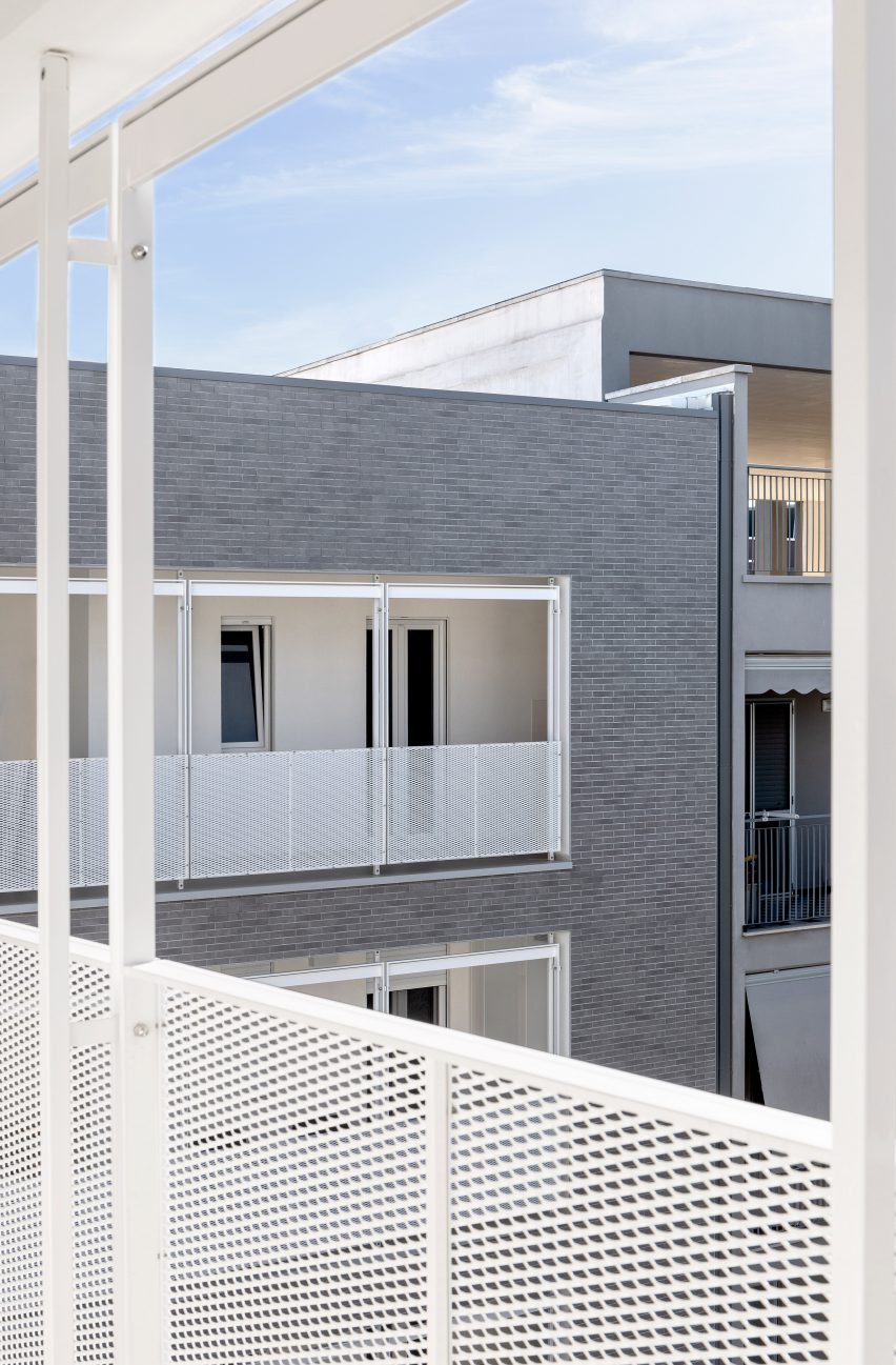 View from within a balcony toward the courtyard by Alvisi Kirimoto