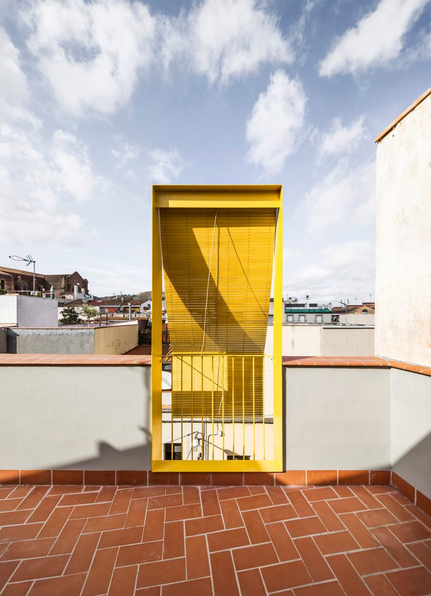 The roof terrace has terracotta tiles by Anna & Eugeni Bach
