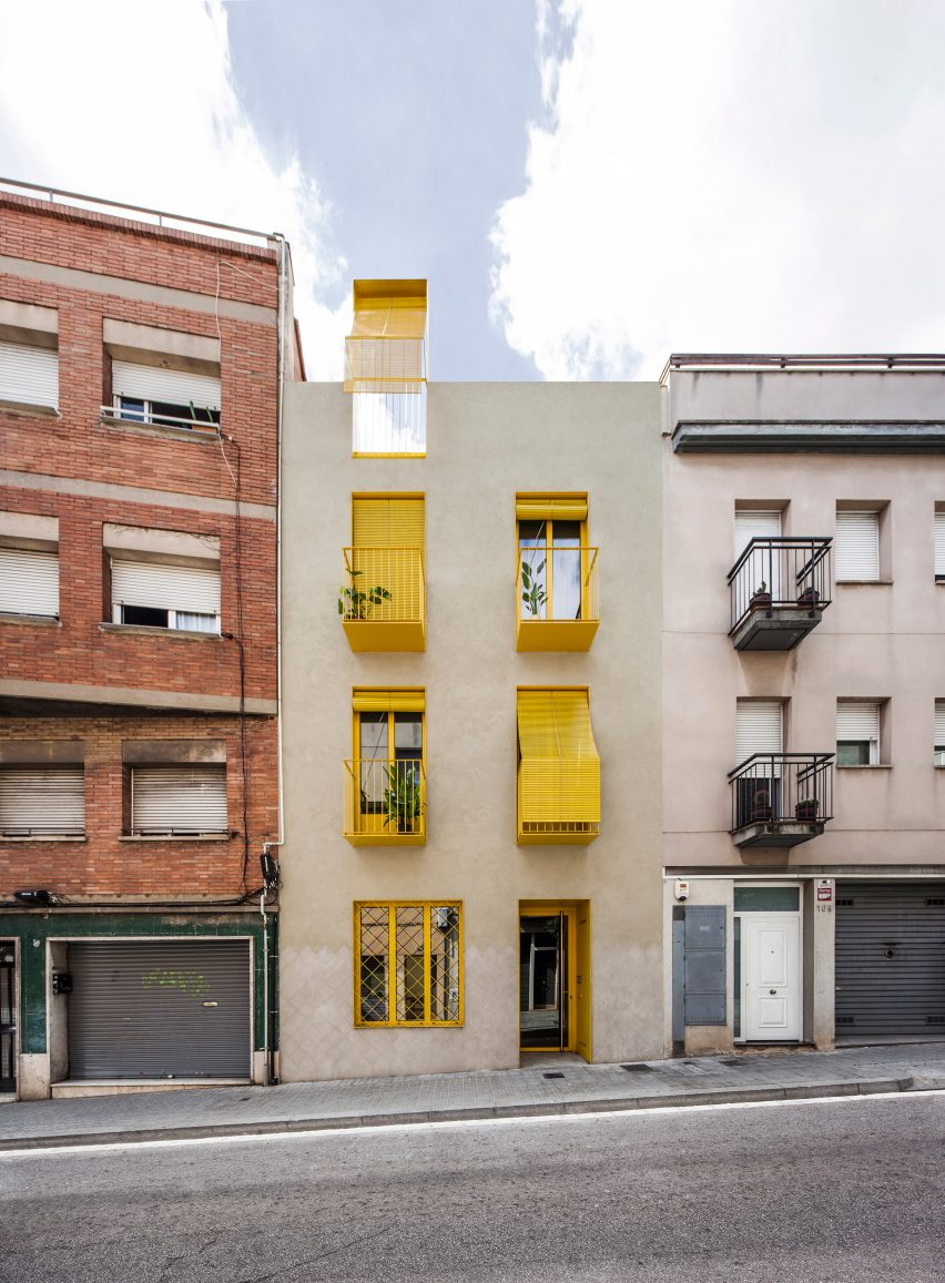 The design is an infill building by Anna & Eugeni Bach
