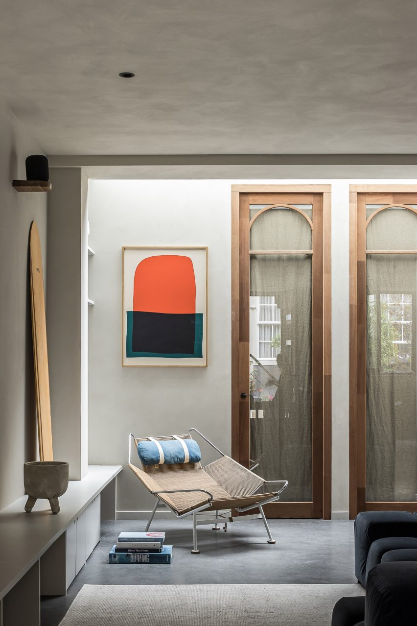 Lounge with clay walls and arched wooden doorframes Amsterdam garage conversion