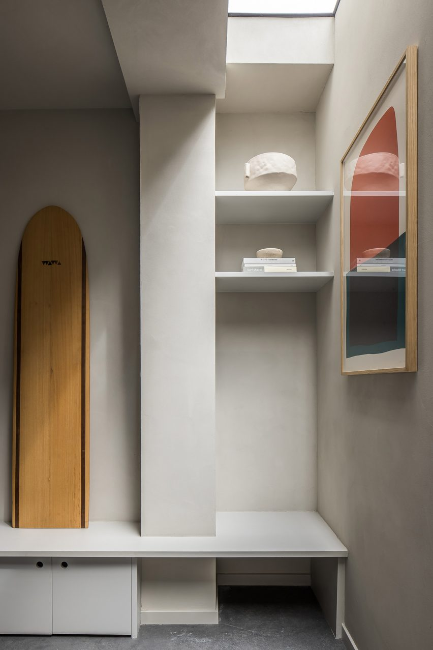 Clay walls and built-in storage of Amsterdam garage conversion by Barde + vanVoltt