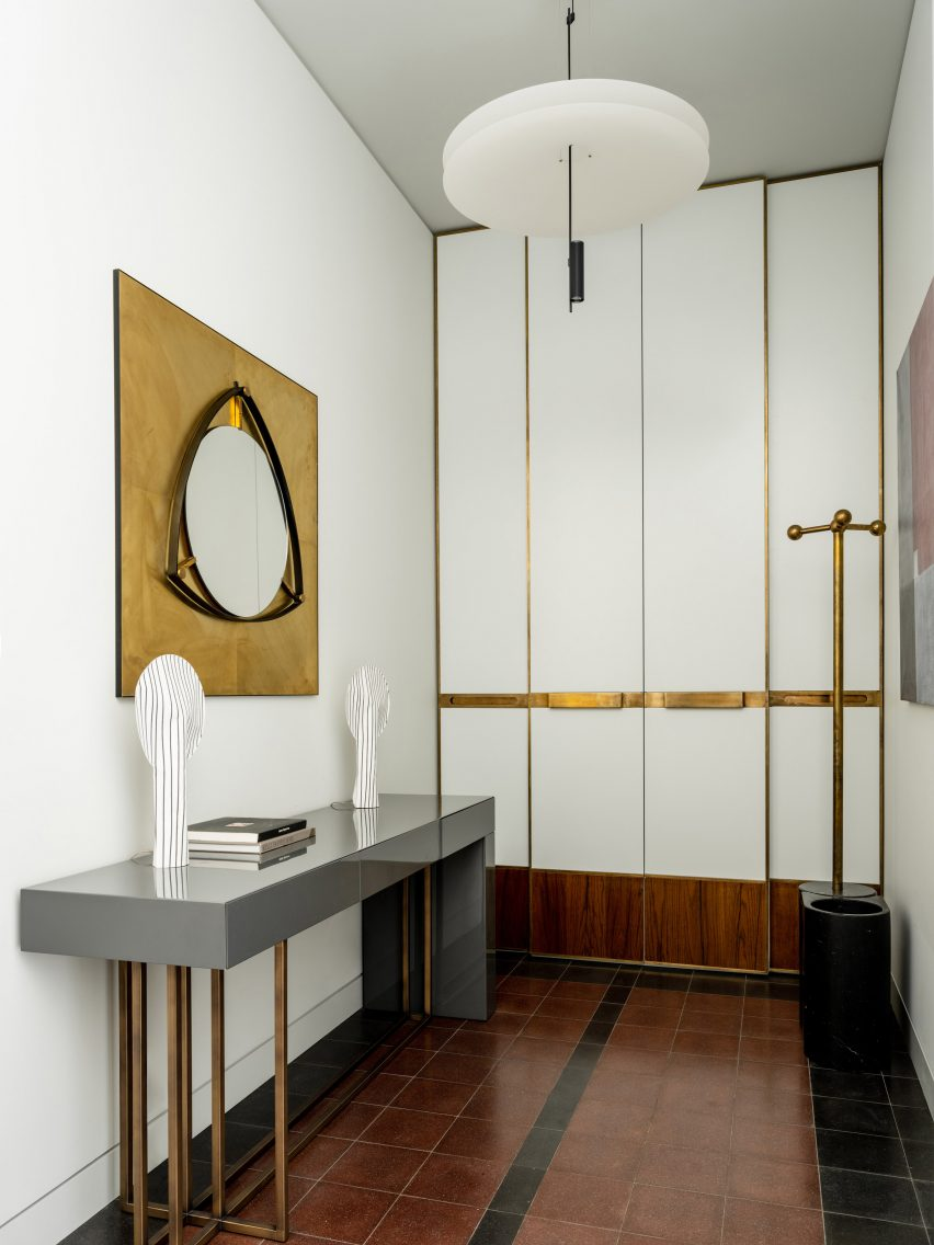 Tiled hallway with partition wall in apartment by Blockstudio