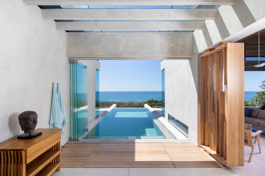 Una piscina en la planta baja de la casa.