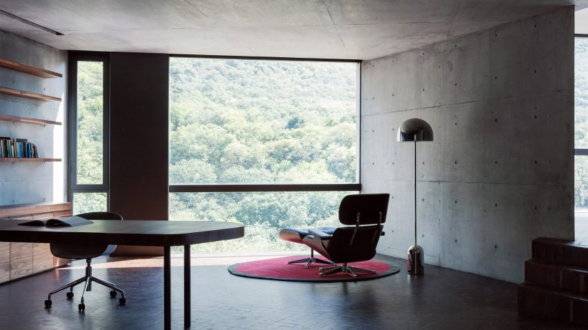 Home office in Mexican house by Tatiana Bilbao