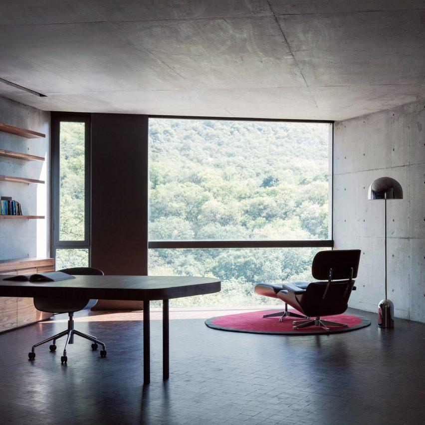 Home Office mit Betonwänden
