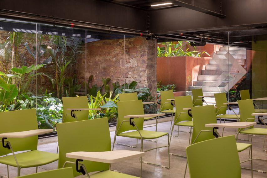 Interiores do espaço de coworking no brasil por Laurent Troost Architectures