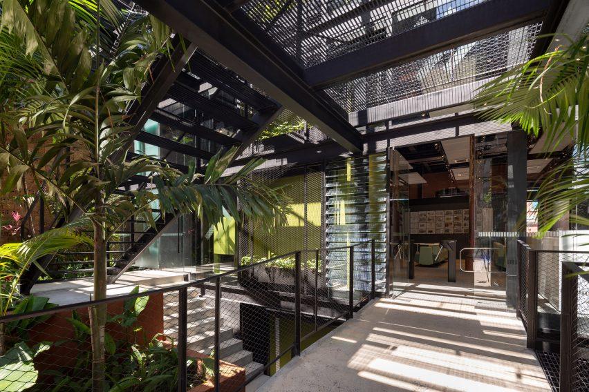 Escadaria do espaço de coworking no Brasil